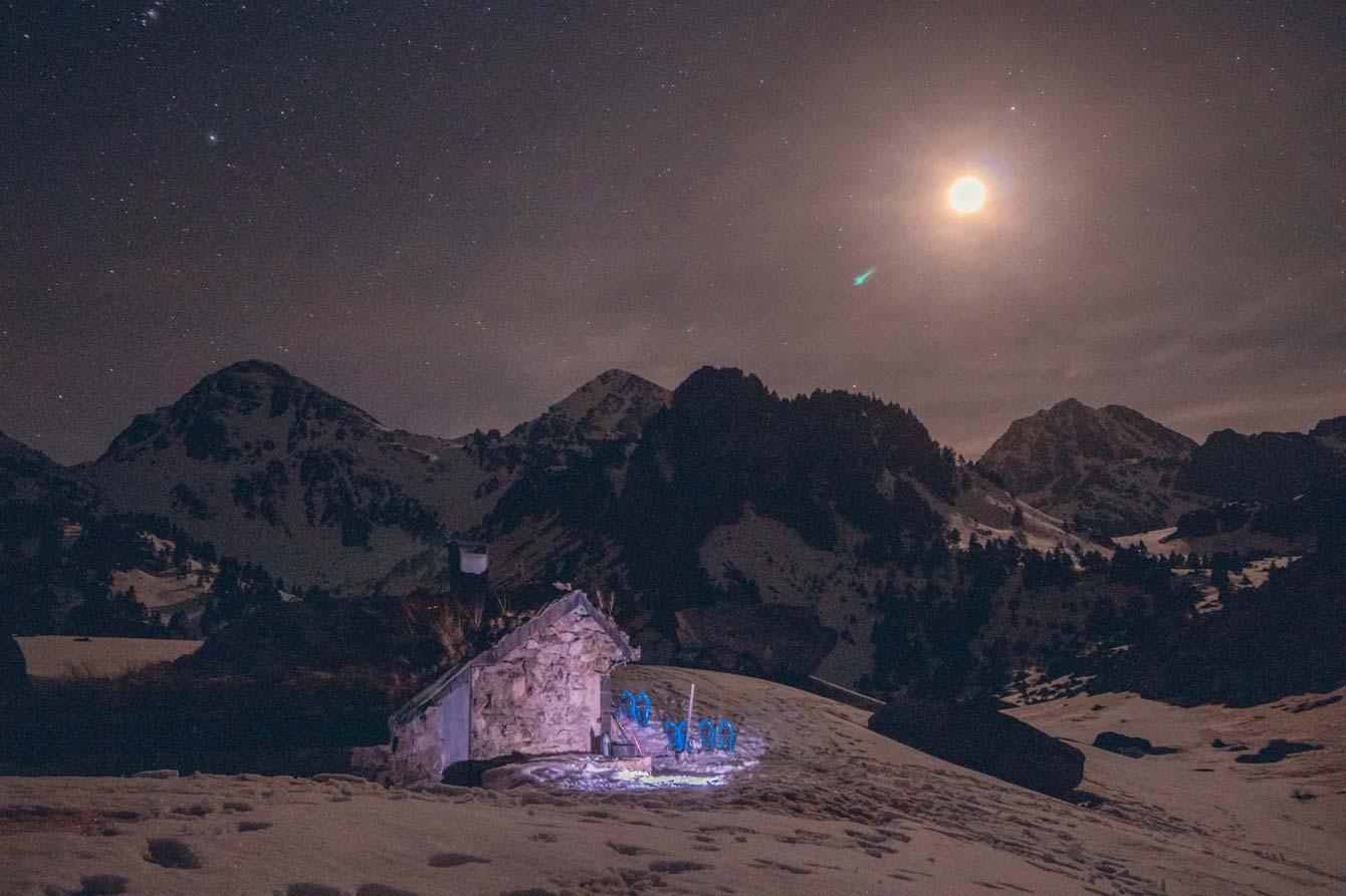 Cabane sous les étoiles après une journée de randonnée